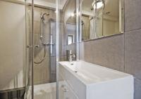 Egy szokatlan megoldás: zuhanykabin tolóajtóval